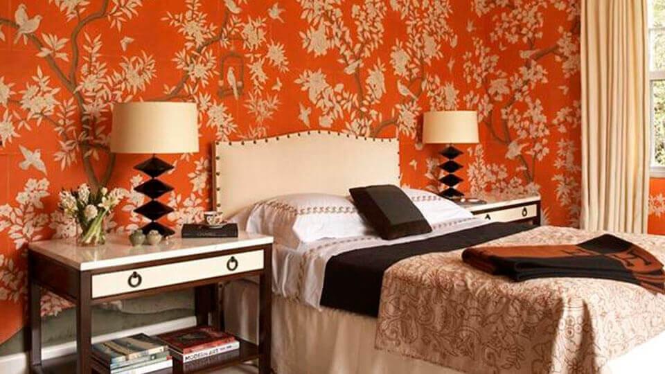 quarto de casal com papel de parede floral