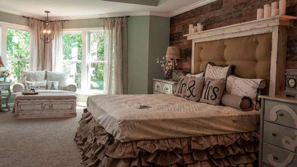 quarto de casal com papel de parede rustico