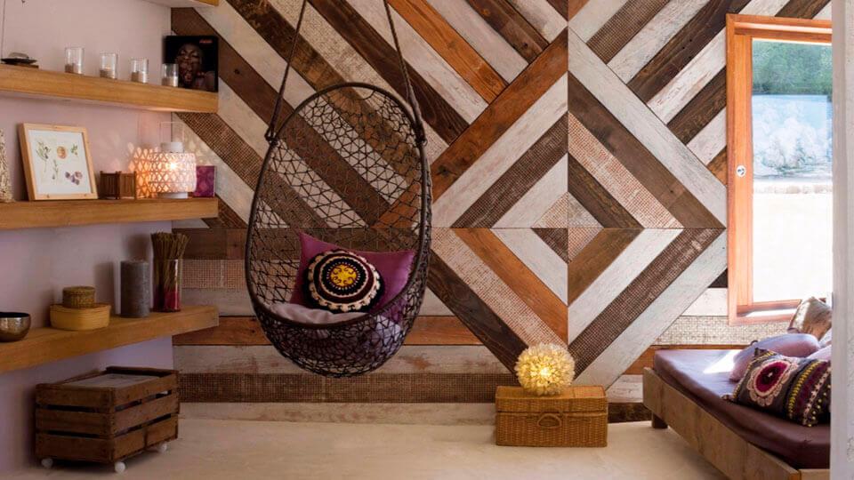 quarto de casal com papel de parede geometrico