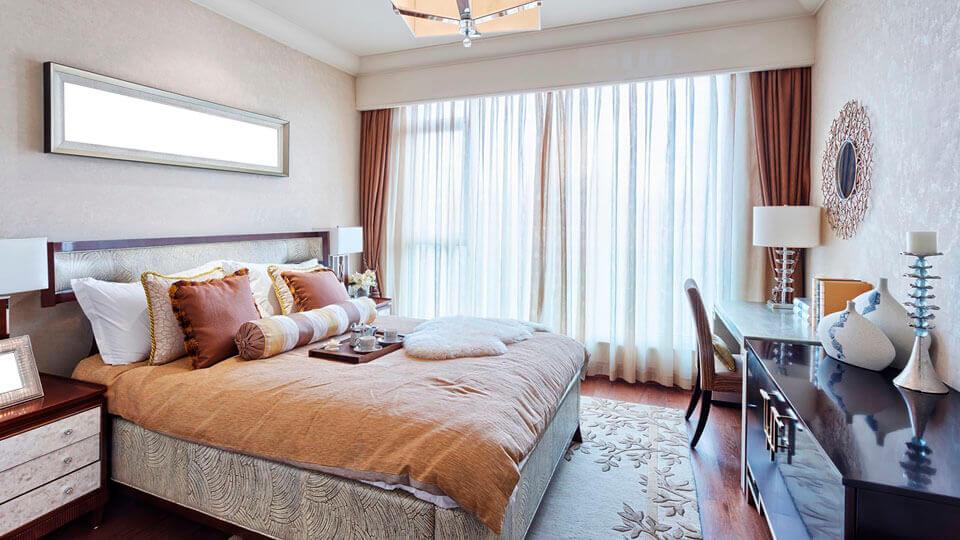 quarto de casal com papel de parede texturizado