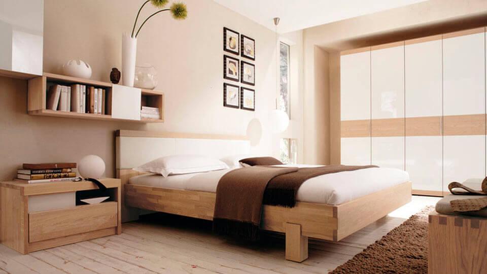 quarto de casal com papel de parede liso