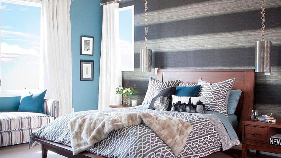 quarto de casal com papel de parede listrado