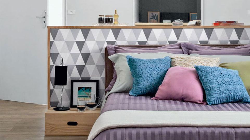 quarto com papel de parede geometrico