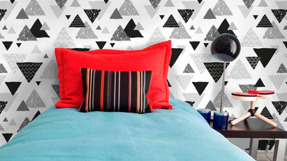 quarto com papel de parede geométrico