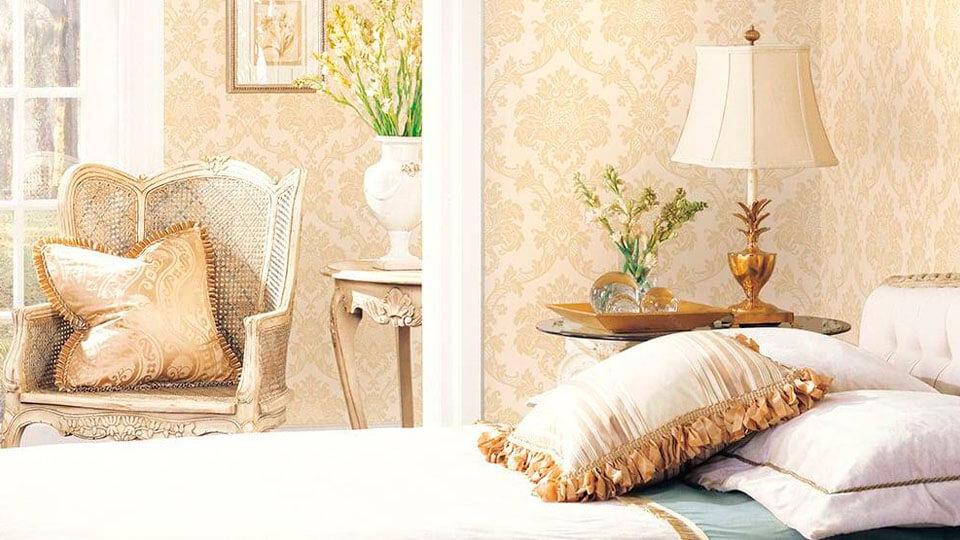 quarto com papel de parede arabesco