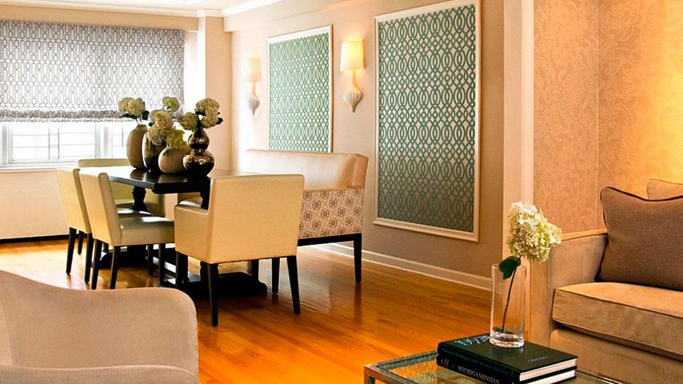 sala de jantar com papel de parede emoldurado