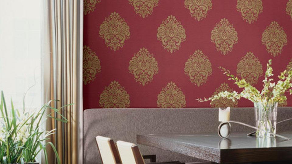 sala de jantar com papel de parede arabesco