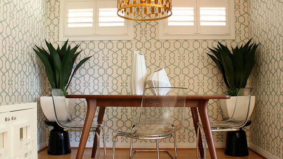 sala de jantar com papel de parede geométrico