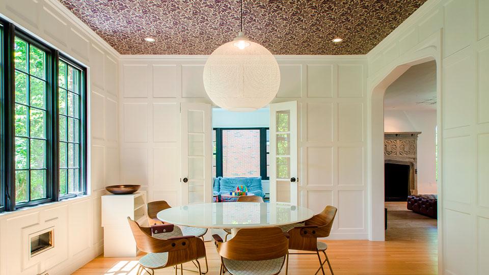 sala com papel de parede no teto
