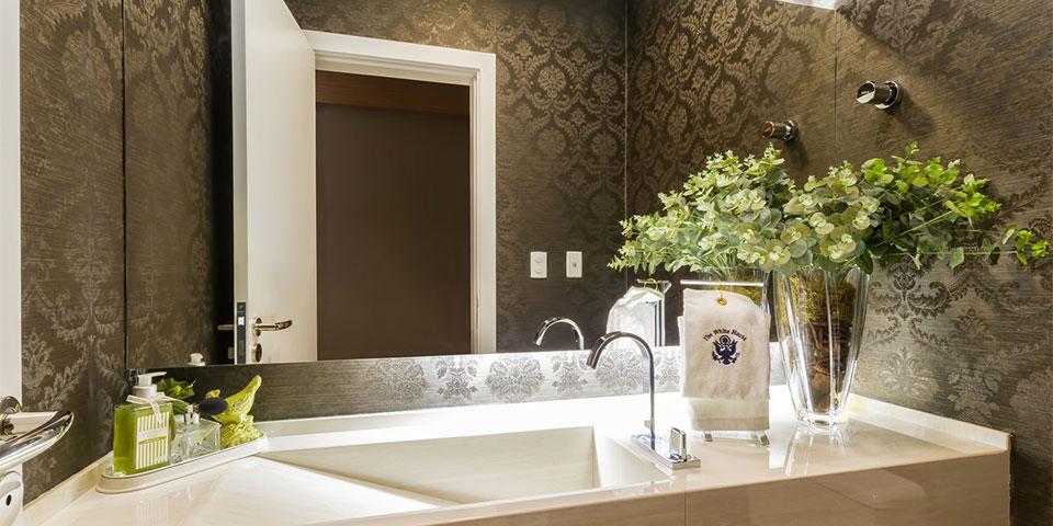 lavabo com papel de parede arabesco