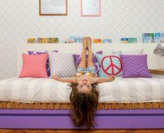 quarto de menina com papel de parede