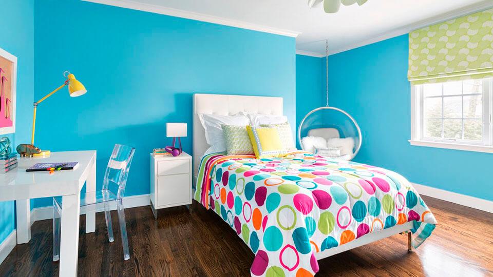 quarto de menina com papel de parede liso