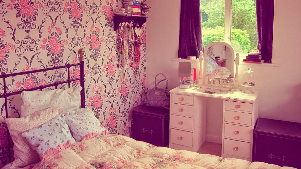 quarto de menina com papel de parede floral