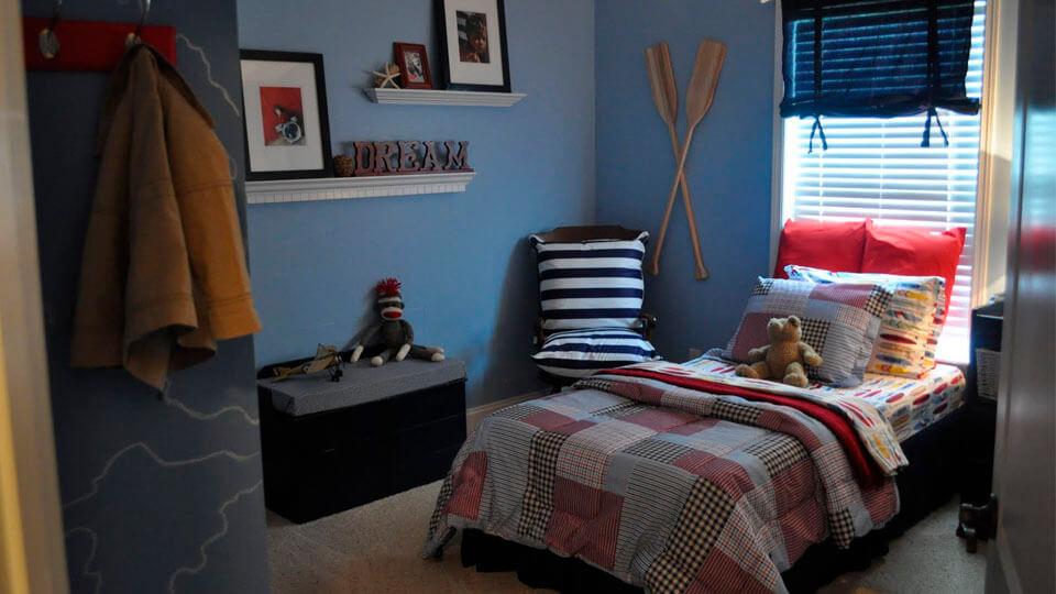 quarto de solteiro com papel de parede liso