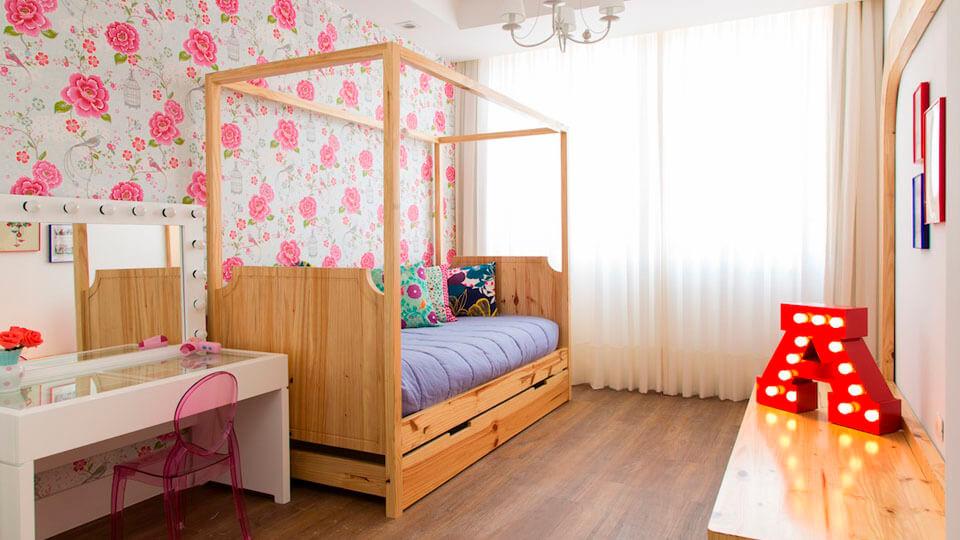 quarto de menina com papel de parede flral