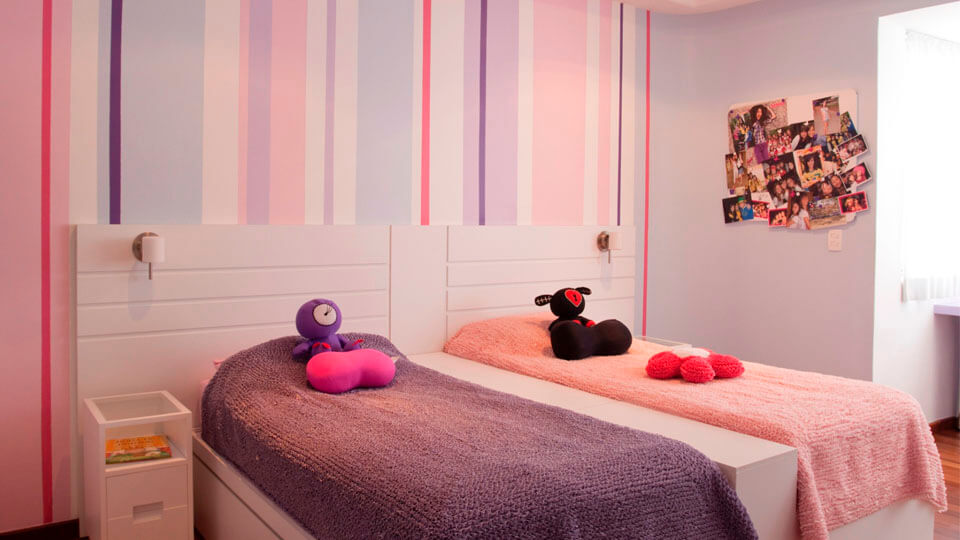 quarto de menina com papel de parede listrado