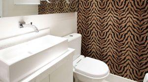 lavabo com papel de parede animal print