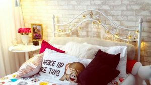 quarto de menina com papel de parede tijolo