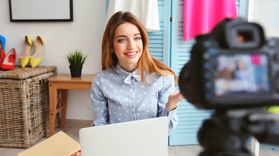menina-gravando-video-canais-de-youtube-sobre-decoracao