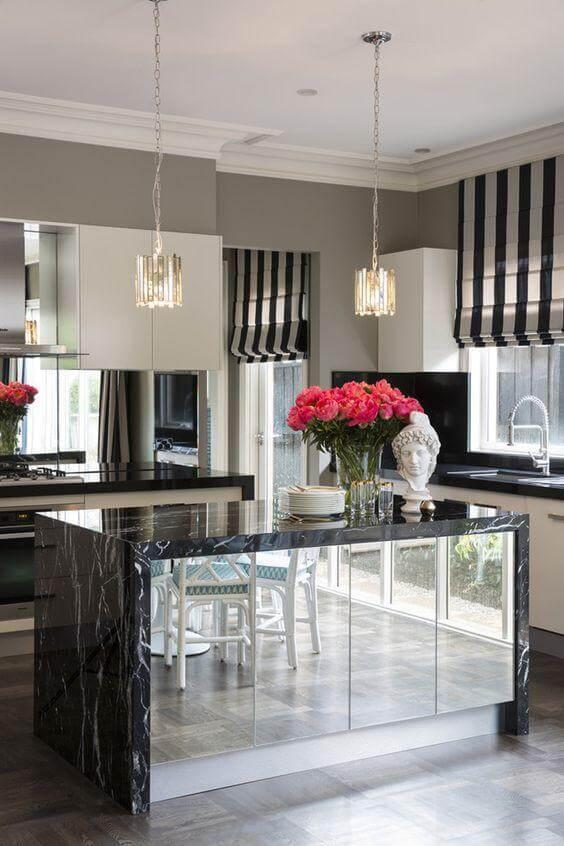 cozinha com ilha central e espelhos